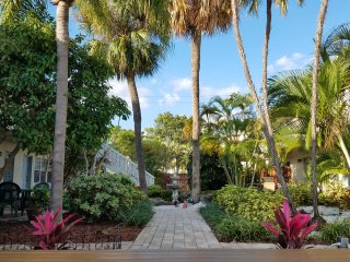 Beautiful Canal View Plus a Dock, 1.5 Miles from Beach, Next to Port Everglades