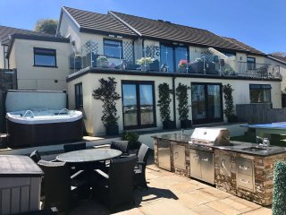 Luxury Cottage,Hot Tub,Fantastic Sea Views,Outdoor kitchen,SKY tv,Pet Friendly, Saundersfoot