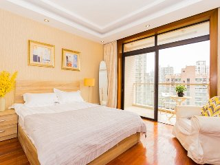 Bright 3 bedroom apartment in Jing'an
