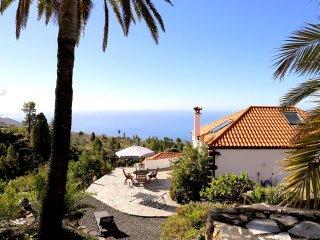 Sonniges, modernes Haus mit Meer- und Bergblick