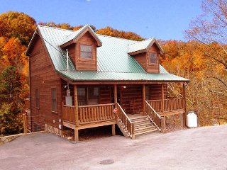 Bears Fun House, Family and Pet Friendly Cabin btwn. Gatlinburg and Pigeon Forge