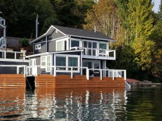 Captain's House- Waterfront-Sleeps 6 New, Gig Harbor