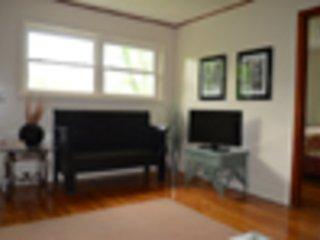 El salón tiene una televisión y la programación es proporcionada por DISH. Wi-Fi está disponible también.