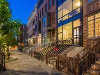 7 bedroom, 4.5bath modern house minutes away from NYC in Downtown Jersey City.