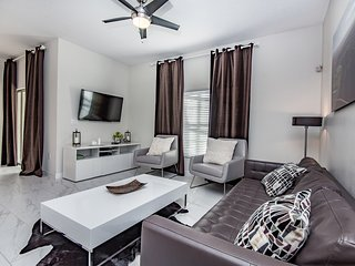 Fresh and Chic 4 bedroom 3 bath Champions Gate townhouse from $128nt