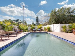 Luna Flores – 6bed/4bath Home, 2 Heated Pools, Minutes to Siesta Key!