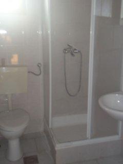C(4): bathroom with toilet