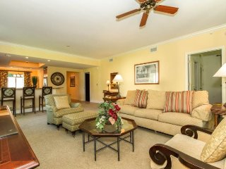 Professionally Decorated 2 Bedroom 2 Bath Condo in Naples Bay Resort. 1045SS-G10