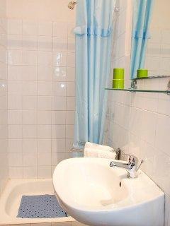 A2(2+1): bathroom with toilet