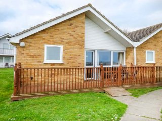 OCEAN VIEW ground floor bungalow, sea views, on-site facilities, Corton, Ref 946