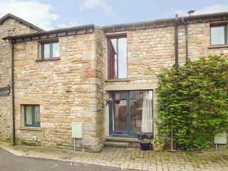 WENNINGTON COTTAGE, woodburner, large garden, 3 bedrooms, near Lancaster, Ref, Wray