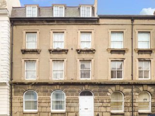 FLAT 4, all one level, romantic retreat, heart of town, in Scarborough, Ref 9569