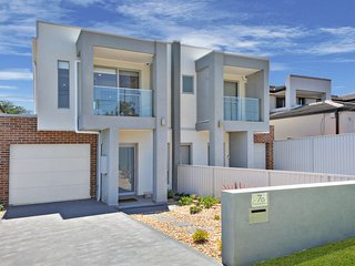 VILLA MERRYLANDS 7 - SYDNEY. Brand New & Spacious, Great for Larger Groups, Parramatta