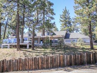 Ponderosa Cabin~Lake-View~Outdoor Spa/Game Room~Den/Loft Area~Guest Apartment~, Big Bear Region