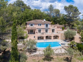 Beautiful family villa with infinity pool, large garden and sea view, Le Rouret