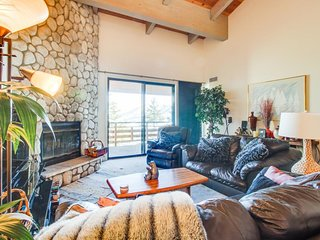 Ski-in/ski-out, lakeview getaway with community hot tub and mountain views!