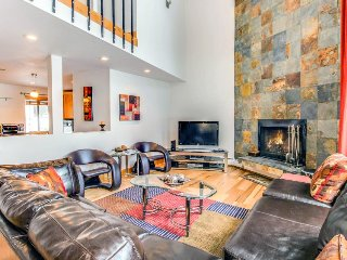 Stunning modern condo on golf course w/ mountain views & shared pool!