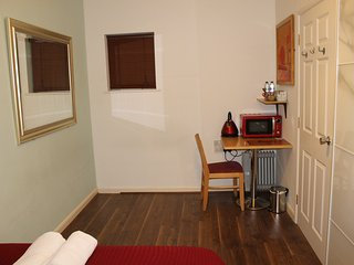 London Mile End -Dedicated Unit for 4 with 2 Double rooms and Bathroom-Sleeps 4