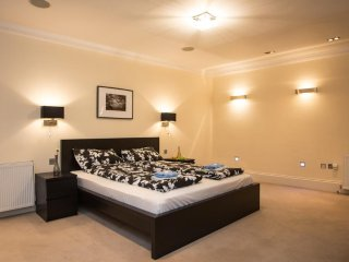 Luxurious 2 Bedroom Apartment London, 2 Bathrooms  BH9202