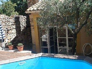 Gîte Adelard, dans village, piscine privée, 30700 La Capelle et Masmolène