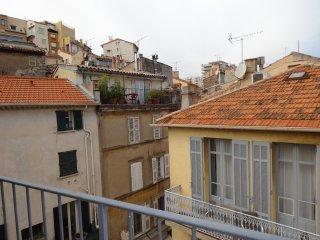 Cannes Studio de Le Port with sea view balcony, 3 mins walk to the beaches, A/C