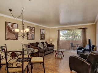 Scottsdale Stays-Old Town Condo ❤️  FREE Heated Pool & Spa