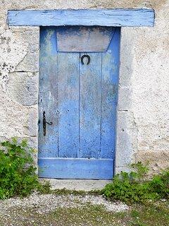 Dans son jus, votre porte d'entrée  bleu barbeau, soyez les bienvenus