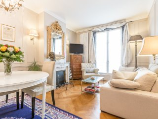 Two bedrooms, quiet 18th-century building, in the heart of the prestigious