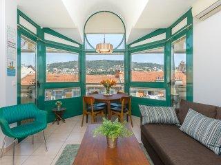 Charmant appartement vue magnifique sur le Mont Boron au pied du port