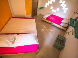 Room 21, 3 people, nice shared bathroom, pool and pool bar, 3 min from the ocean, Puerto Escondido
