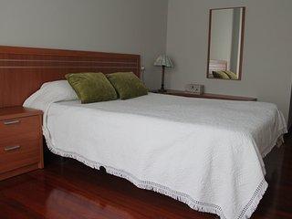 Habitación de matrimonio con baño. Armario empotrado, sinfonier. Juegos de sábanas, edredón y toalla
