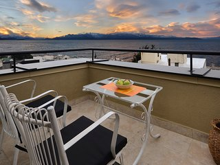 STUNNING 2-LEVEL PENTHOUSE - BALCONY - AMAZING LAKE VIEWS (SM4)