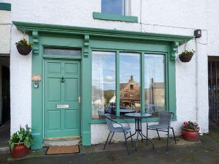BUTTERCUP COTTAGE, pet-friendly, in town square, in Wooler, Ref 953378