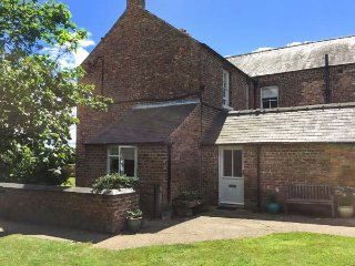 THE EAST WING COTTAGE, woodburners, pet-friendly, enclosed garden, nr Thirstk