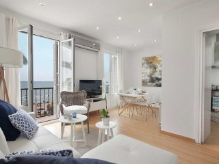 Just in front of the Paseo Maritimo de Sitges, an elegant and bright apartment