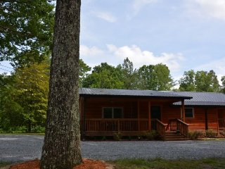 MY DEER CABIN-BEAUTIFUL 3BR/3BATH, PET FRIENDLY, CENTRALLY LOCATED, CLOSE TO