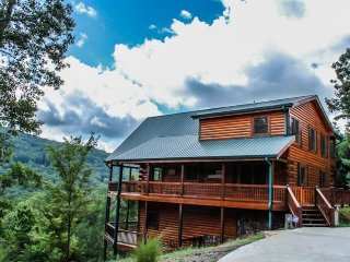 LIGHT`S LAKE OVERLOOK LODGE- 5BR/3BA- LUXURY CABIN WITH BEAUTIFUL MOUNTAIN AND