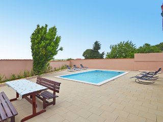 6 bedroom Villa with Pool, Air Con, WiFi and Walk to Shops - 5250840