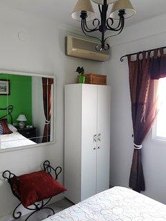 Con armario y aire acondicionado