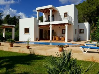 VILLA MORNA: Beautiful house of Ibiza style located in the area of ​​San Carlos.