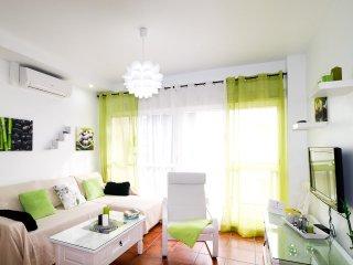 Cómodo salón con a/a, sofá cama y acceso a terraza.