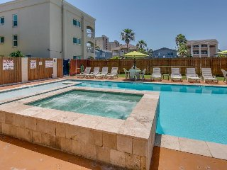 Stately condo w/ shared pool, hot tub, BBQ, walking distance to beach - dogs OK!