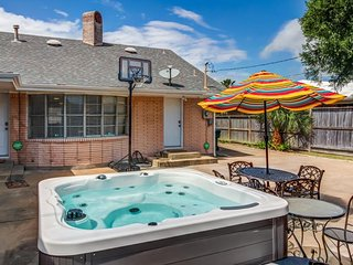 Centralized spacious home w/ private hot tub & enclosed yard - close to beach