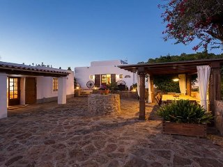 CAN CASERES: Spacious Ibiza house located in the municipality of Santa Eularia des Riu.