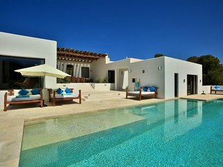 CAN ARABI: Spacious modern style house located near the beach of Cala Tarida.