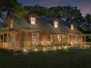 Beautiful Austin Log Home 15 Minutes From Downtown!