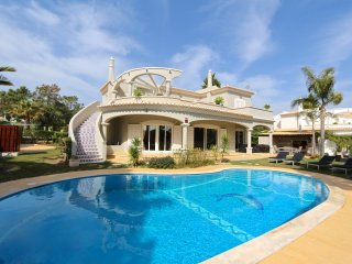 Villa Corvo | FREE WIFI | Jacuzzi | Pool | Gym | Golf View | walk distance