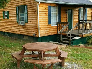 Hocking Hills OK, Kool Breeze cabin, hot tub, pond, fire ring, grill, hiking