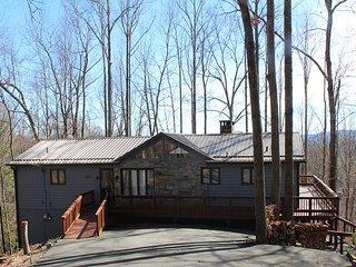 THE WOLF DEN- Rustic Cabin In Powderhorn Mtn Resort w/Pool Access Near Boone!