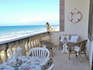 AL054A Appartamento sulla spiaggia 8 posti con vista spettacolare sul golfo
